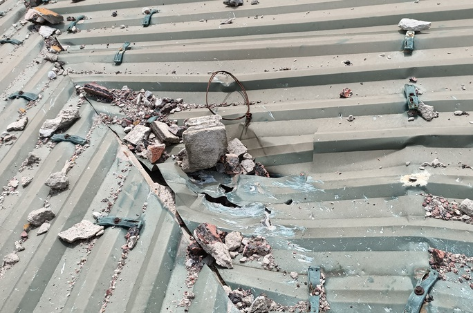 Sau tiếng nổ lớn, tảng đá bay từ mỏ đá đâm thủng mái tôn nhà dân - Ảnh 3.
