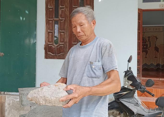 Sau tiếng nổ lớn, tảng đá bay từ mỏ đá đâm thủng mái tôn nhà dân - Ảnh 5.