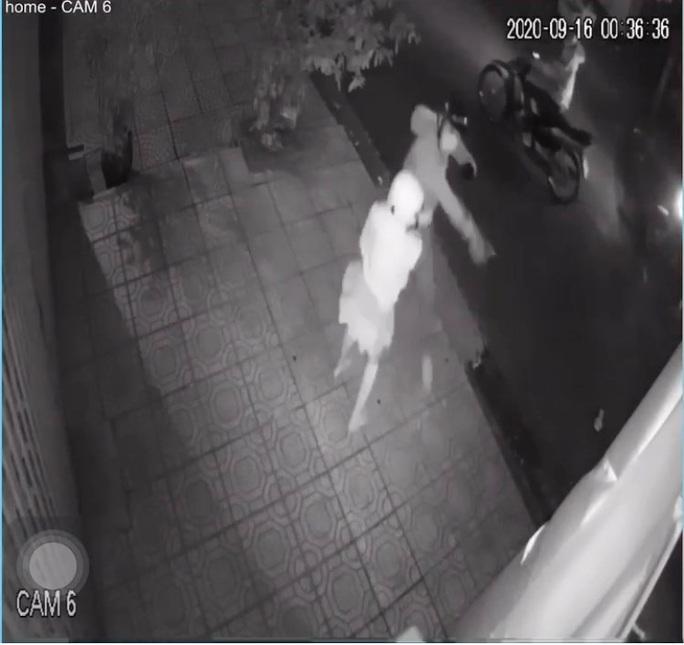 Clip: 4 thanh niên manh động cầm dao cướp xe máy của cô gái trong đêm - Ảnh 2.