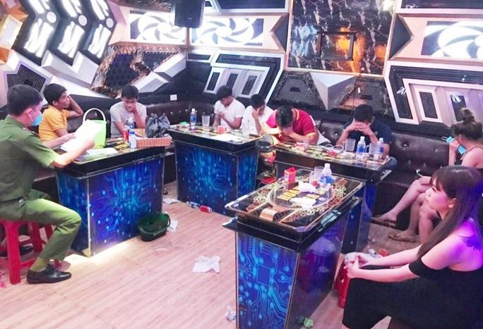 Quảng Nam: Lại phát hiện 10 nam nữ vào quán karaoke chơi ma túy - Ảnh 1.
