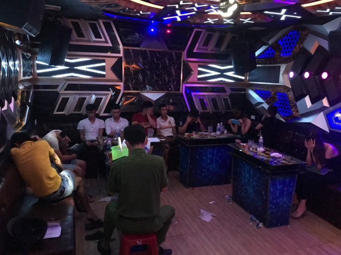 Quảng Nam: Lại phát hiện 10 nam nữ vào quán karaoke chơi ma túy - Ảnh 2.