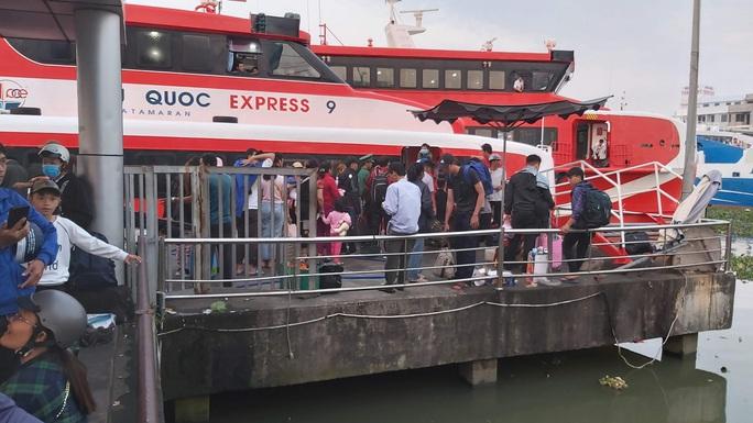Ảnh hưởng mưa bão, tàu cao tốc ra vô Phú Quốc nhận tin mới - Ảnh 1.