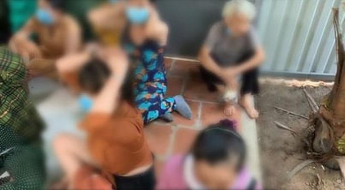 Nhiều quý bà ở Củ Chi vừa nhai trầu vừa đánh bài cào - Ảnh 1.