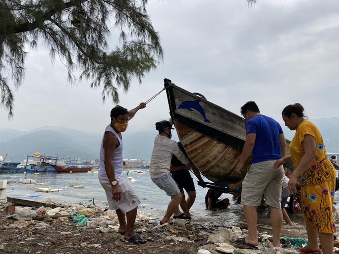 Miền Trung: Người dân hối hả chạy đua chống bão số 5 - Ảnh 10.