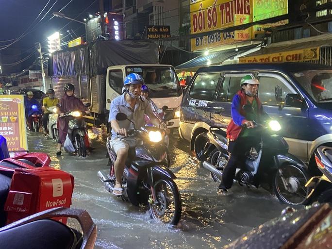 Cảnh báo mới nhất: Mưa lớn và triều cường cùng lúc đe dọa nhiều khu dân cư TP HCM - Ảnh 2.