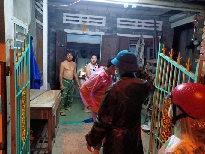 Đà Nẵng: Trắng đêm di tản hàng ngàn người dân tránh bão số 5 - Ảnh 2.