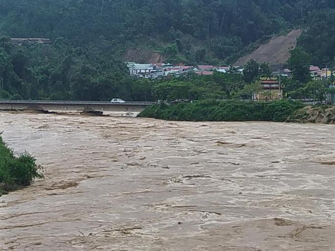 VIDEO: Thót tim cảnh giải cứu 9 người dân giữa dòng nước dữ ở Quảng Nam - Ảnh 3.