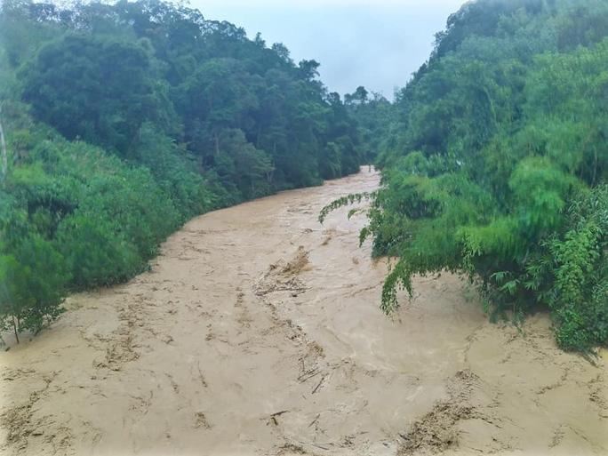 VIDEO: Thót tim cảnh giải cứu 9 người dân giữa dòng nước dữ ở Quảng Nam - Ảnh 4.