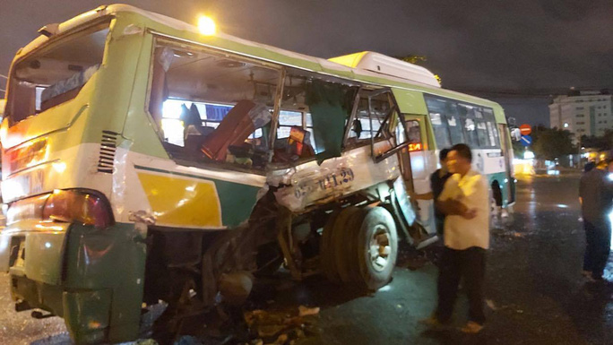 20 người vào viện sau vụ va chạm giữa xe tải và xe buýt - Ảnh 1.