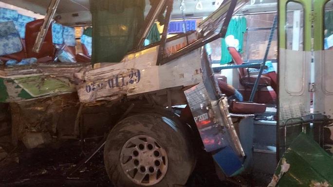20 người vào viện sau vụ va chạm giữa xe tải và xe buýt - Ảnh 3.