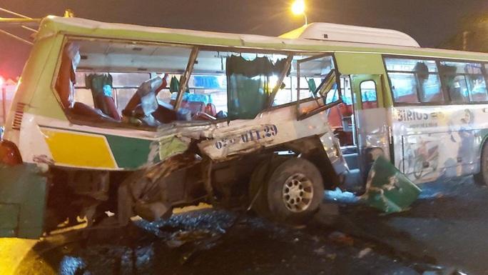 20 người vào viện sau vụ va chạm giữa xe tải và xe buýt - Ảnh 4.