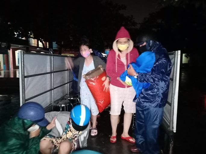 Đà Nẵng: Trắng đêm di tản hàng ngàn người dân tránh bão số 5 - Ảnh 3.