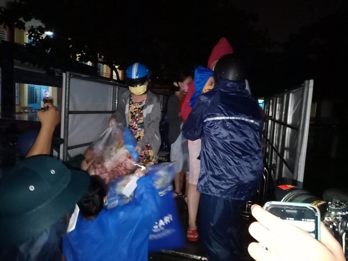 Đà Nẵng: Trắng đêm di tản hàng ngàn người dân tránh bão số 5 - Ảnh 7.