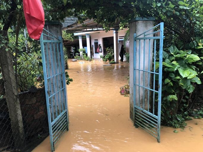 VIDEO: Thót tim cảnh giải cứu 9 người dân giữa dòng nước dữ ở Quảng Nam - Ảnh 10.