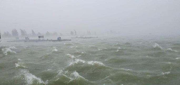 Chùm ảnh trước bão: Đà Nẵng mưa xối xả ngập đường, sấm sét vang trời - Ảnh 2.