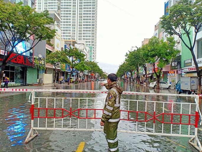 Chùm ảnh trước bão: Đà Nẵng mưa xối xả ngập đường, sấm sét vang trời - Ảnh 17.