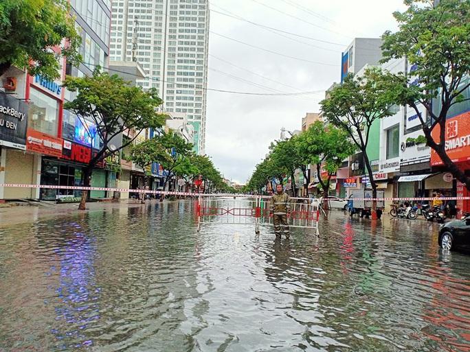 Chùm ảnh trước bão: Đà Nẵng mưa xối xả ngập đường, sấm sét vang trời - Ảnh 18.