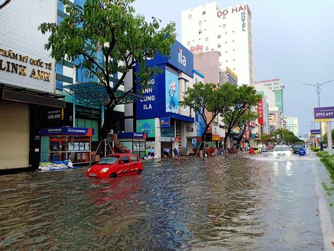 Chùm ảnh trước bão: Đà Nẵng mưa xối xả ngập đường, sấm sét vang trời - Ảnh 8.