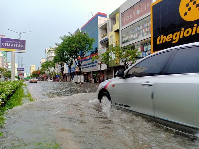 Chùm ảnh trước bão: Đà Nẵng mưa xối xả ngập đường, sấm sét vang trời - Ảnh 9.