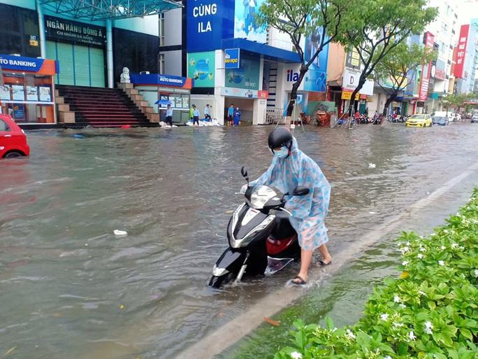 Chùm ảnh trước bão: Đà Nẵng mưa xối xả ngập đường, sấm sét vang trời - Ảnh 10.