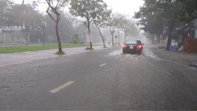 Chùm ảnh trước bão: Đà Nẵng mưa xối xả ngập đường, sấm sét vang trời - Ảnh 12.