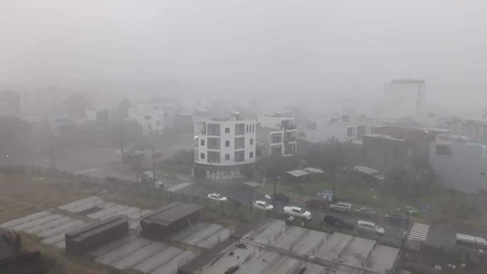 Chùm ảnh trước bão: Đà Nẵng mưa xối xả ngập đường, sấm sét vang trời - Ảnh 4.