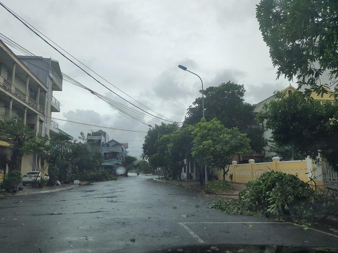 MiềnTrung: Cây ngã đổ, hàng chục ngôi nhà tốc mái trước khi bão số 5 đổ bộ - Ảnh 16.