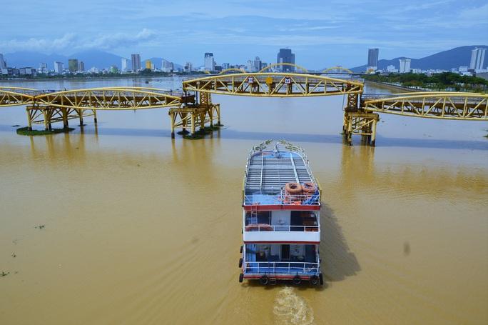 Đà Nẵng: Người dân háo hức chứng kiến cây cầu hơn 55 năm tuổi nâng nhịp cho tàu thuyền qua lại - Ảnh 1.