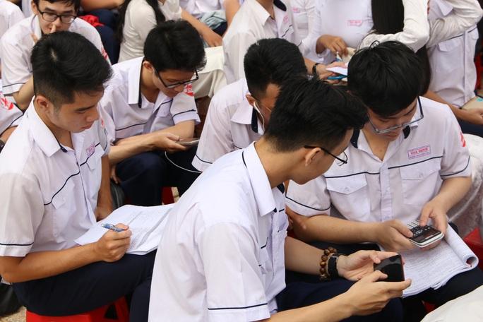 Giáo viên làm gì khi học sinh dùng điện thoại trong lớp? - Ảnh 1.