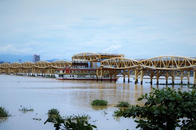 Đà Nẵng: Người dân háo hức chứng kiến cây cầu hơn 55 năm tuổi nâng nhịp cho tàu thuyền qua lại - Ảnh 3.