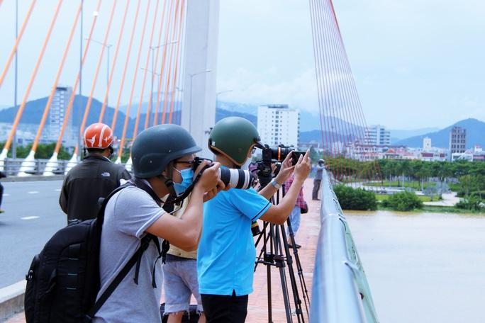 Đà Nẵng: Người dân háo hức chứng kiến cây cầu hơn 55 năm tuổi nâng nhịp cho tàu thuyền qua lại - Ảnh 4.