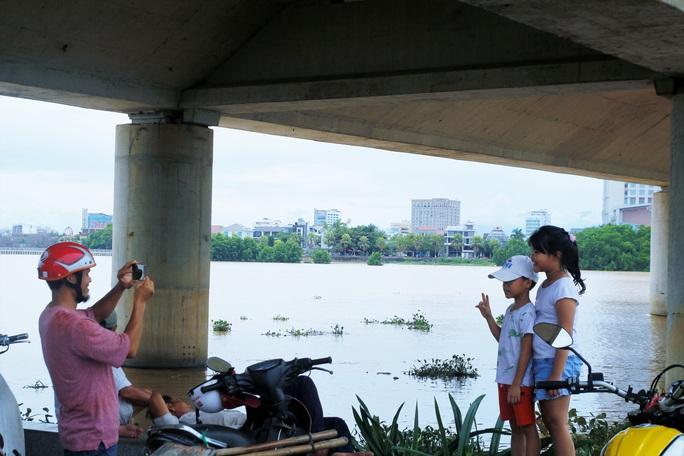Đà Nẵng: Người dân háo hức chứng kiến cây cầu hơn 55 năm tuổi nâng nhịp cho tàu thuyền qua lại - Ảnh 5.