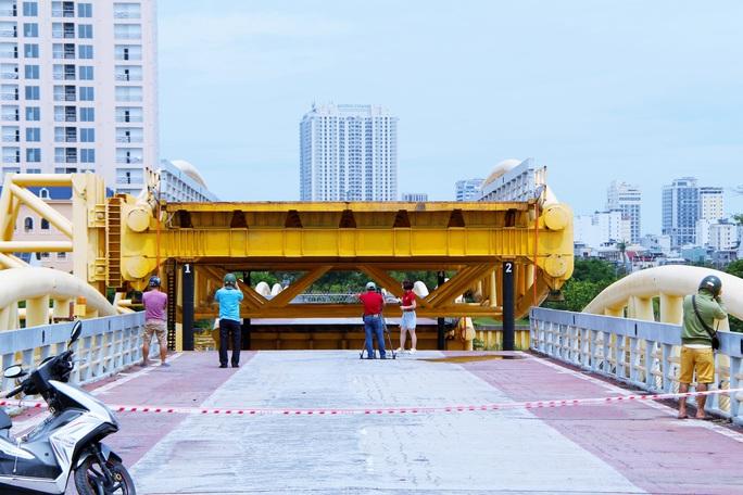 Đà Nẵng: Người dân háo hức chứng kiến cây cầu hơn 55 năm tuổi nâng nhịp cho tàu thuyền qua lại - Ảnh 6.