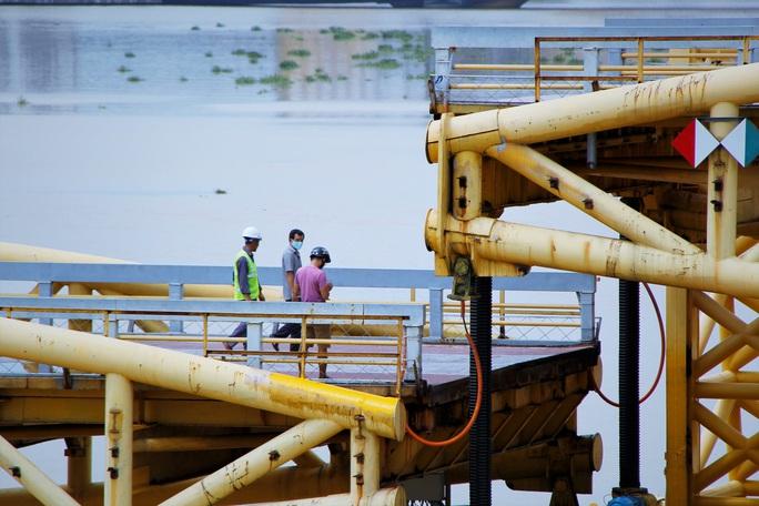 Đà Nẵng: Người dân háo hức chứng kiến cây cầu hơn 55 năm tuổi nâng nhịp cho tàu thuyền qua lại - Ảnh 8.