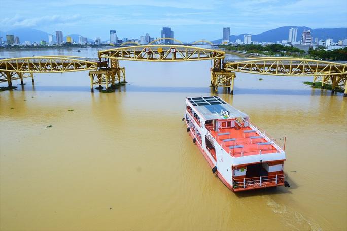 Đà Nẵng: Người dân háo hức chứng kiến cây cầu hơn 55 năm tuổi nâng nhịp cho tàu thuyền qua lại - Ảnh 7.