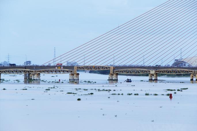 Đà Nẵng: Người dân háo hức chứng kiến cây cầu hơn 55 năm tuổi nâng nhịp cho tàu thuyền qua lại - Ảnh 9.