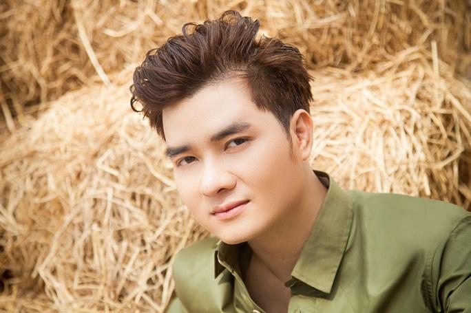 Ca sĩ Nguyễn Phi Hùng dẫu trời mưa vẫn hát với Mùa thu và mãi mãi - Ảnh 3.