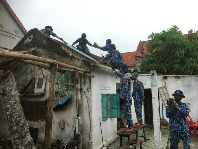 Bộ Tư lệnh Vùng Cảnh sát biển 1 giúp dân khắc phục thiệt hại sau cơn bão số 5 - Ảnh 1.