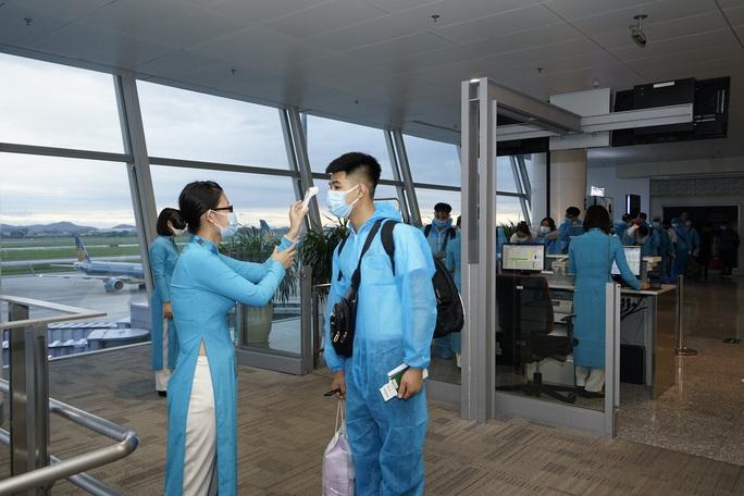 CLip: Chuyến bay thương mại quốc tế thường lệ đầu tiên sau Covid-19 - Ảnh 14.