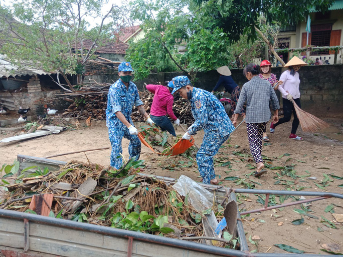 Bộ Tư lệnh Vùng Cảnh sát biển 1 giúp dân khắc phục thiệt hại sau cơn bão số 5 - Ảnh 2.