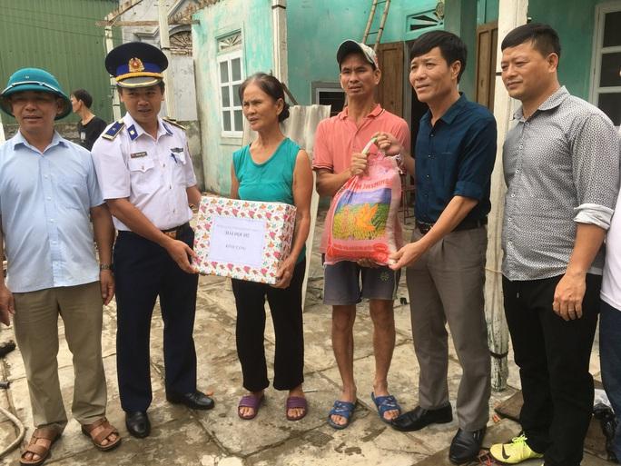 Bộ Tư lệnh Vùng Cảnh sát biển 1 giúp dân khắc phục thiệt hại sau cơn bão số 5 - Ảnh 3.