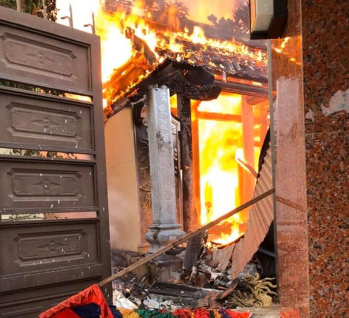 Nhà thờ họ bất ngờ bốc cháy vào ngày rằm tháng Bảy - Ảnh 1.