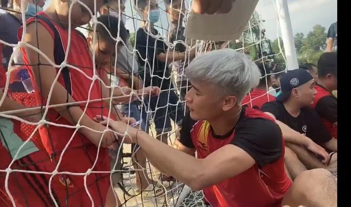 Bùi Tiến Dũng đối đầu Anh Vi cá Quách Ngọc Tuyên trong ngày đồng đội khai trương sân bóng - Ảnh 3.