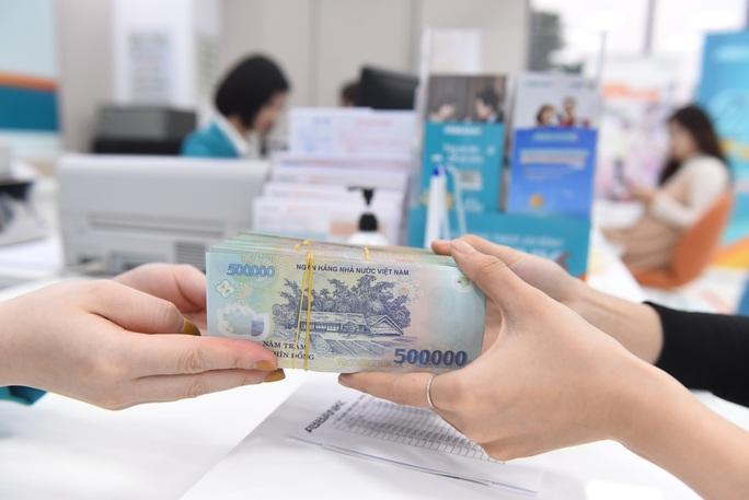 Lãi suất liên tục giảm, người dân vẫn thích gửi tiền vào ngân hàng - Ảnh 1.