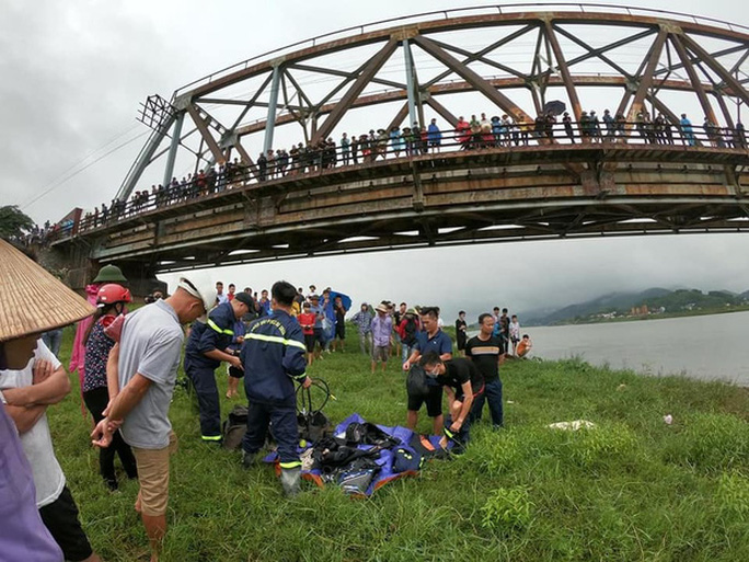 Nam tài xế dũng cảm lao xuống sông cứu cô gái bị ngã, cả 2 người cùng tử vong - Ảnh 2.