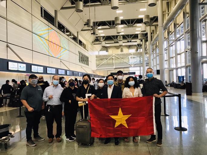 Hơn 340 người Việt từ Mỹ về nước - Ảnh 1.