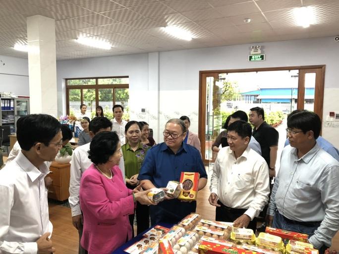 Nữ hoàng hột vịt Ba Huân được mời dạy nông dân cách nuôi gà hiệu quả - Ảnh 2.