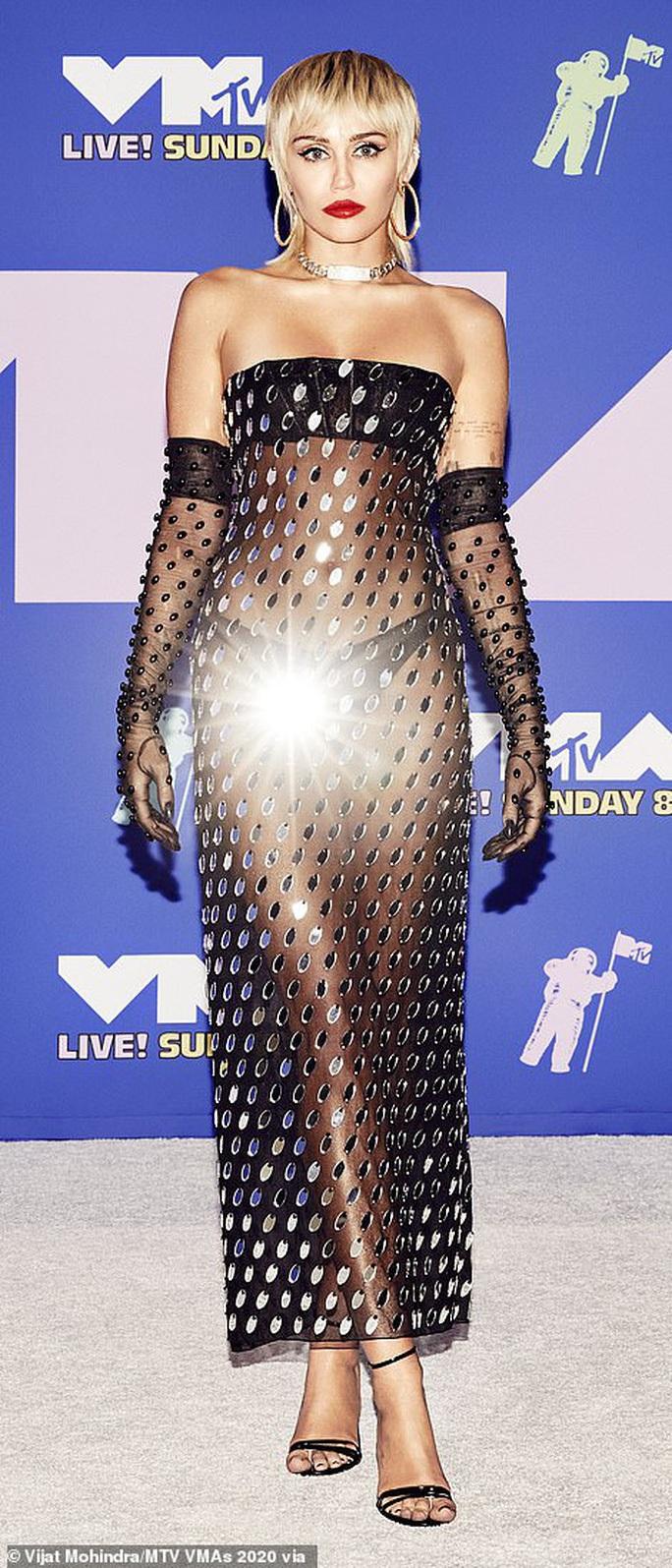 Choáng với gu thời trang mặc như không của Miley Cyrus - Ảnh 2.