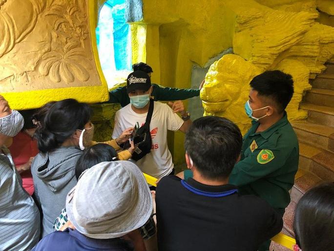 Thân nhân nhận dạng 478 hũ tro cốt tại chùa Kỳ Quang 2 - Ảnh 2.