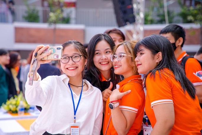 Gần 5.000 tân sinh viên Trường ĐH FPT khai giảng năm học mới - Ảnh 1.